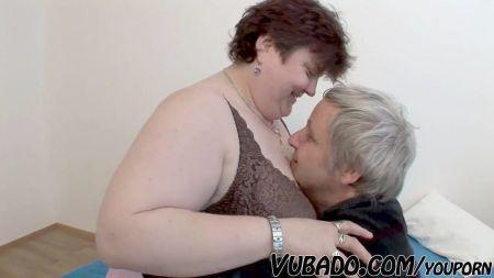 Hombre Chupando Tetas A Su Mujer