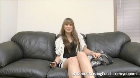 Rubia Desnuda En El Sofa Abre Su Pierna