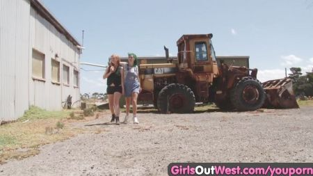 Lesbianas En Bragas Frotandose