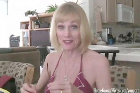 Se Pagea Delante De Mujeres En Playa