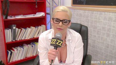 Lisa Ann Sexy Ama De Casa Masturbandose En La Cocina