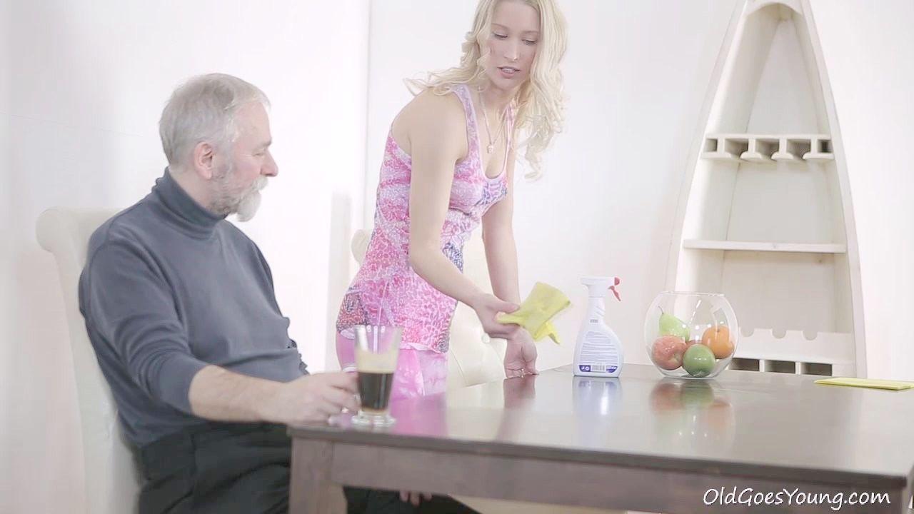 marido mira a esposa con otro