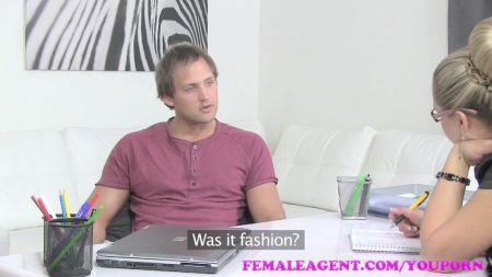 Mujer Se Mastruba Con Plug Anal