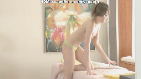 Pervertido La Hace Limpiar La Casa Desnuda Asiáticas