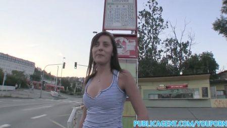 Lesbiana Tetona Recoge A Chica Haciendo Autostop