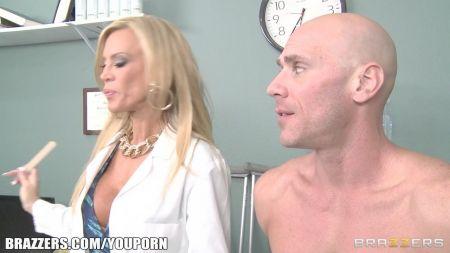 Chica Desnuda Masturbandose Con Un Pañal Meado