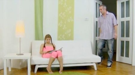 Masturbando A Mi Esposa Por Debajo De La Mesa
