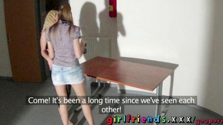Video De Mujer Le Lame El Coño A Otra Mientras Conduce
