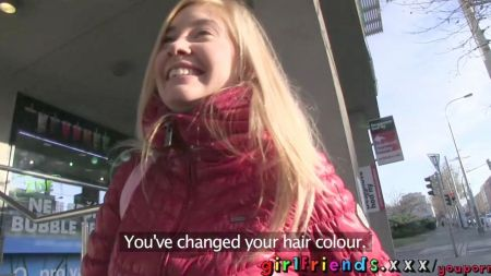 Madre Japonesa Coquetiando Con El Amigo De Su Hijo