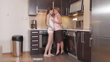 Karol G Mostrando Las Tetas Y Masturbandose Con Penes De Goma Y Gimiendo Duro