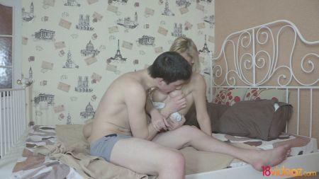 Mujer Con Enormes Senos Le Da Leche A Su Bebé
