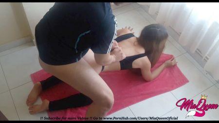 Escena De Sexo De La Madre Seduciendo Al Hijo En El Pasillo