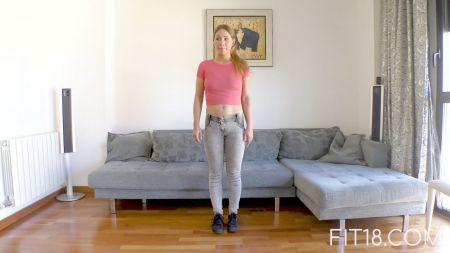 Una Mujer Lavando Trastes Sin Camisa