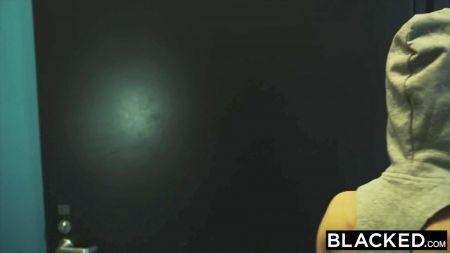 Rubia Mama Pene Negro Y Bebe Su Semen