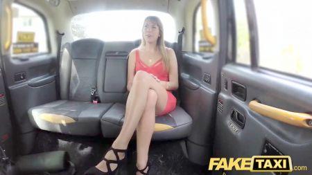 Chica Cabello Negro Follada En Taxi